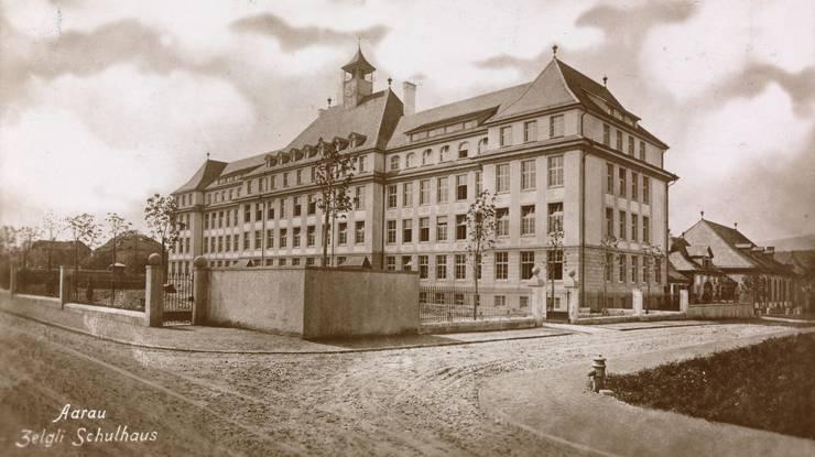 Aufgenommen an der Kreuzung Pestalozzi-/Schanzmättelistrasse. Das 1911 erbaute Schulhaus war noch fast neu.