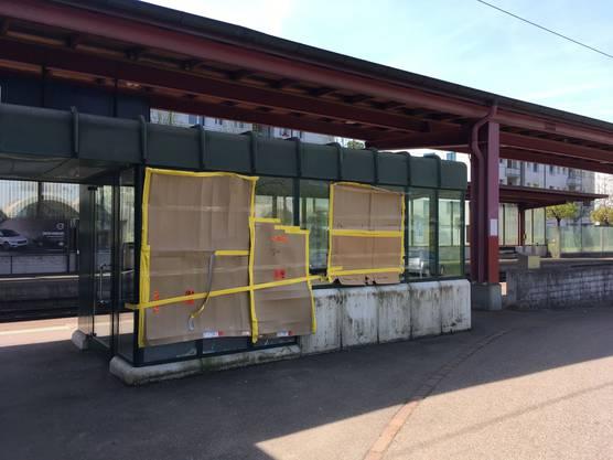 Grosser Sachschaden: eingeschlagenes SBB-Wartehäuschen am Bahnhof Neuenhof.