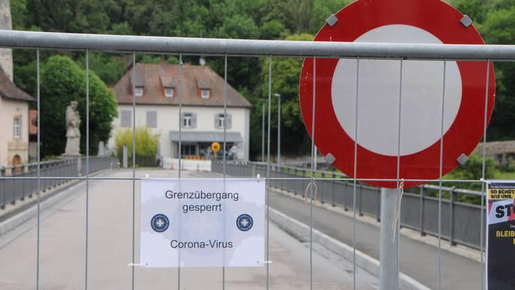 Geschlossene Grenzübergänge und fehlende Einreisemöglichkeiten liessen die illegale Einwanderung in die Schweiz einbrechen.