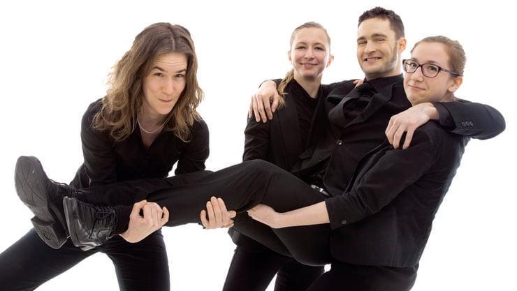 Rahel Schmid (Altosax), Serena Hagmann (Tenorsax) und Nina Knapp (Posaune) v. l. wissen, wie mit Stephan Fröhlicher umzugehen ist.
