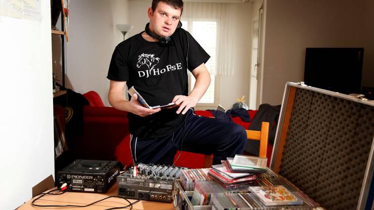 DJ Horse alias Daniel Wisard bei sich zu Hause in seiner Grenchner Wohnung.  Hanspeter Bärtschi