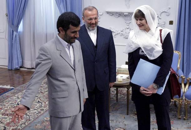Im März 2008 besuchte Bundesrätin Micheline Calmy-Rey den iranischen Präsidenten Ahmadinejad in Tehran. Ich Kopftuch erregte die Schweizer Gemüter, auch wenn es locker und lose aufgesetzt war.