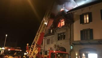 Feuerwehrleute im Einsatz im waadtländischen Oron. Ein betagter Mann kam beim Hausbrand ums Leben.