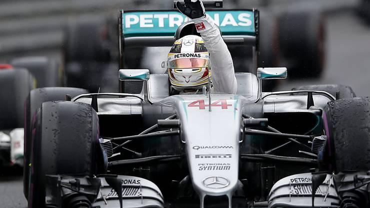 Lewis Hamilton grüsst die Fans