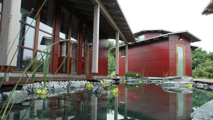 Japanisches Saunadorf - Ruhehaus mit Teestube (links) und Saunahaus mit achteckigem Grundriss. (Bild: mhu)