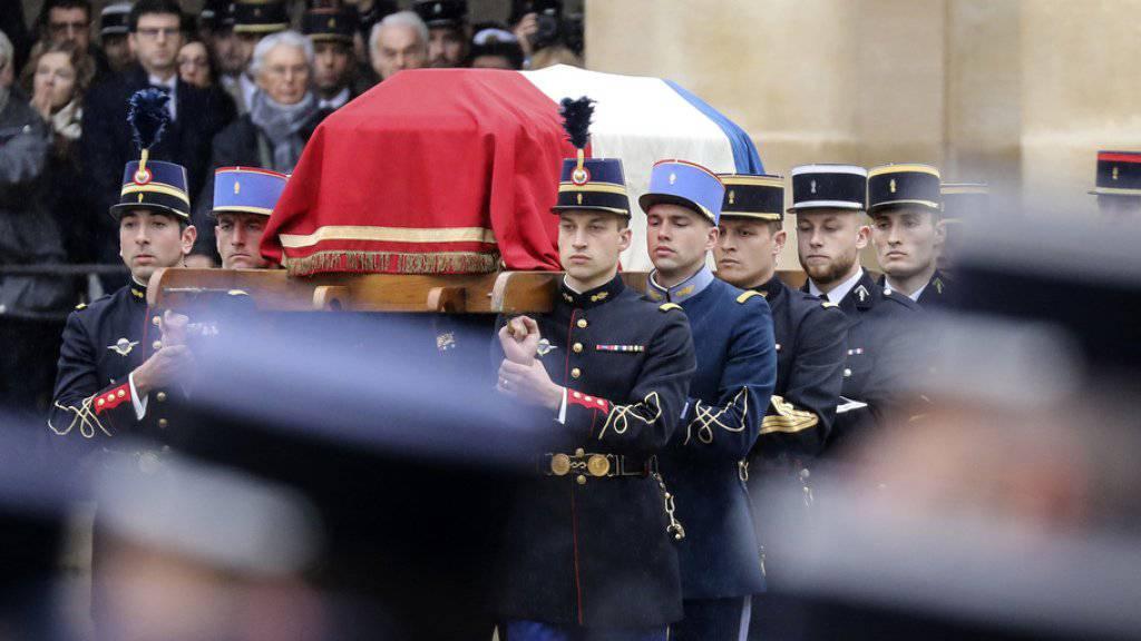 Beltrames Sarg wird in den Ehrenhof neben dem Pariser Invalidendom getragen. Der getötete Polizist wurde von Frankreichs Staatspräsident Macron posthum zum Kommandanten der französischen Ehrenlegion ernannt.