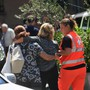 Betreuer helfen den trauernden Verwandten, die die Opfer des Brückeneinsturzes in Genua identifizieren müssen.  (Foto: LUCA ZENNARO/EPA ANSA)