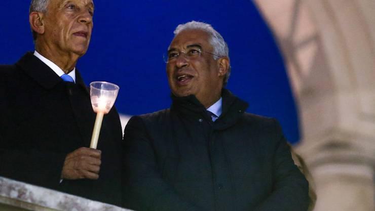 Der portugiesische Ministerpräsident Antonio Costa (r) wartet mit Staatspräsident Marcelo Rebelo de Sousa auf die traditionelle Kerzenprozession im Wallfahrtsort Fátima. Zuvor hat er die Kinder eines Journalisten gehütet.