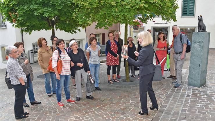 Stadtführerin Emma Anna Studer beim Rundgang mit ihrem Publikum, kurz bevor der Regen einsetzte. Die Toulouse-Bronzeskulptur stammt vom Balsthaler Bildhauer Norbert Eggenschwiler.