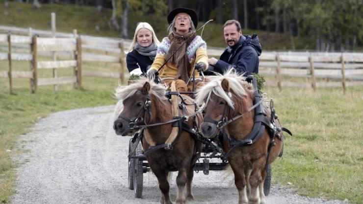 Norwegens Kronprinzessin Mette-Marit (links) und Kronprinz Haakon (rechts):  Mette-Marit erholt sich in der Natur, am liebsten in den Bergen - dies besonders, seit sie an einer chronischen Lungenerkrankung leidet. (Archivbild)