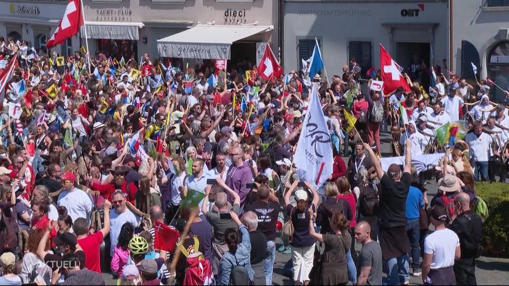 Tausende Massnahmen-Gegner demonstrieren trotz Verbot in Rapperswil