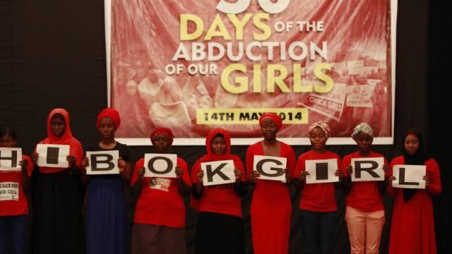 Mädchen halten eine Mahnwache für die Entführten ab