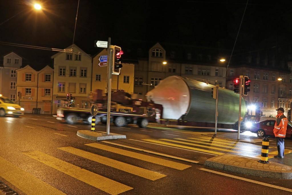 Stapo begleitet Schwertransport (© Stapo SG)