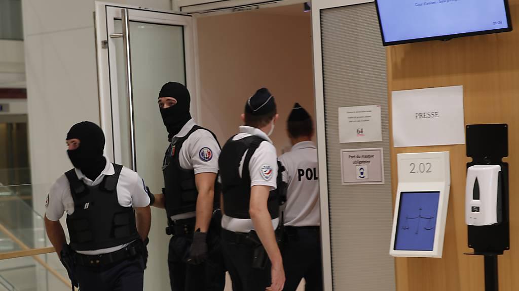 Polizisten stehen Wache vor dem Gerichtssaal in dem der Prozess gegen den mutmaßlichen Helfer der Anschläge auf die Redaktion «Charlie Hebdo» stattfindet. Der Prozess sollte bereits am 4. Mai beginnen und wurde wegen des Coronavirus auf die Zeitspanne vom 2. September bis 10. November verschoben. Foto: Francois Mori/AP/dpa