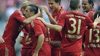 Franck Ribéry wird nach seinem Tor zum 2:0 gefeiert