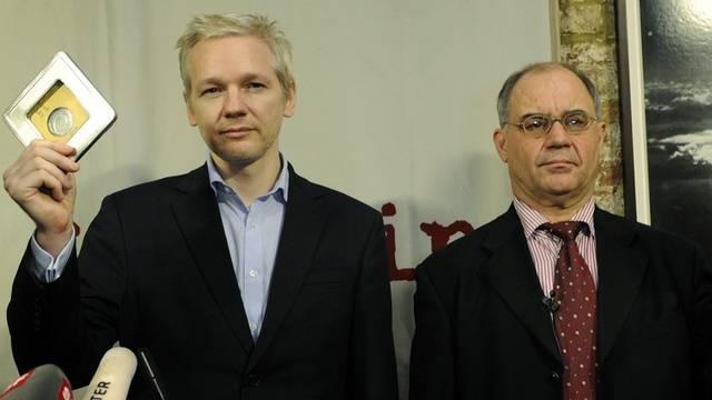 Rudolf Elmer (rechts) zusammen mit Julian Assange an der Medienkonferenz im Januar 2011. Die Übergabe der Daten hat nun Folgen für den ehemaligen Bankier.