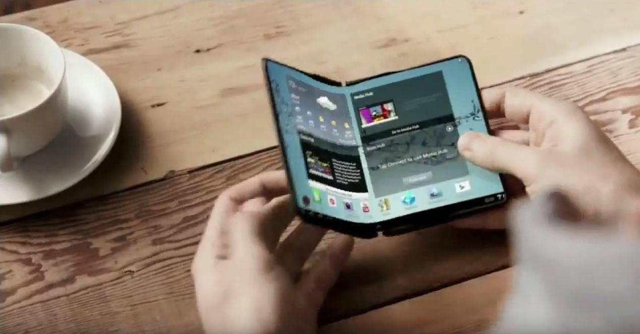 Bereits vor einigen Jahren machten mögliche Prototypen des faltbaren Handys die Runde. (Screenshot: Youtube/Joseph Raphael)