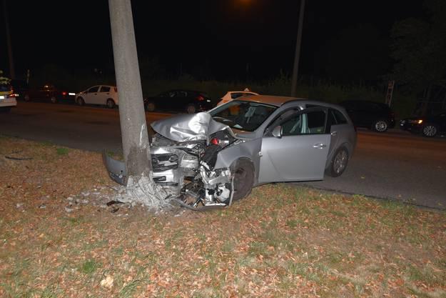 Bei einem Selbstunfall hat sich am frühen Sonntagmorgen ein Autofahrer in Basel verletzt. Er war auf der Bäumlihofstrasse auf die Gegenfahrbahn geraten und anschliessend in einen Betonpfeiler geprallt. Die Sanität transportierte den 38-Jährigen für Abklärungen ins Spital. Ein Atem-Alkoholtest fiel negativ aus.