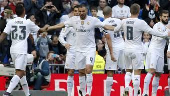 Karim Benzema (Nummer 9) und die Madrider feiern einen Treffer