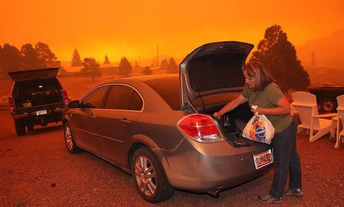 Darlene Benford packt ihren Wagen während in Alpine die Wälder brennen