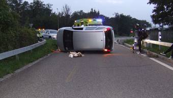 Auto überschlägt sich bei Selbstunfall und wird stark beschädigt