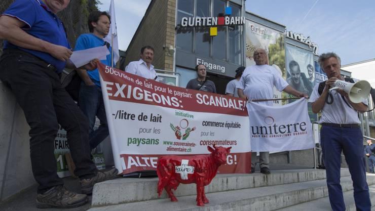 Aktivisten der Bauernorganisation Uniterre protestierten am Freitag vor den Gurtenbahn in Bern mit Plakaten und einer Plastik-Kuh gegen immer tiefere Milchpreise.