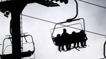 Touristen auf einem Skilift (Symbolbild)
