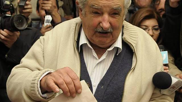 Ex-Guerillero Mujica bei der Stimmabgabe