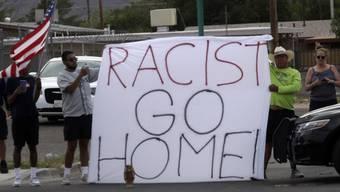 """""""Rassist, gehe nach Hause!"""": In El Paso demonstrieren Menschen gegen einen Besuch von US-Präsident Donald Trump in der Stadt nach einer mutmasslich rassistisch motivierten Gewalttat mit über 20 Toten."""