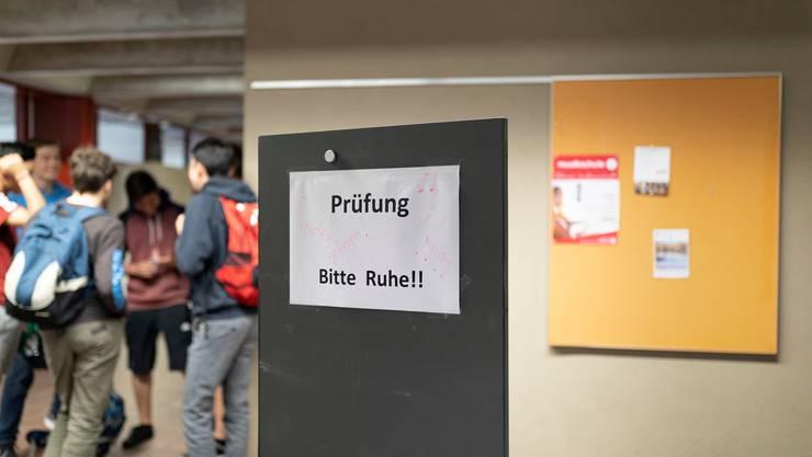 Maturanden warten vor einem Prüfungssaal an der Kantonsschule Glarus im Juni 2019.