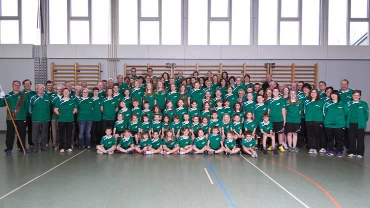 Der mittlerweile über hundert Mitglieder zählende Turnverein Härkingen mit der Vereinsfahne im Jubiläumsjahr 2013