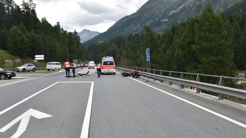 Bei der Kollision mit einem Auto ist am Samstagnachmittag in Champfèr ein Töfffahrer mittelschwer verletzt worden.