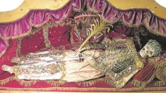 Ein Skelett mit den Märtyrerinsignien Schwert und Palmwedel: Die heilige Clara aus dem Kloster «Namen Jesu» in Solothurn – heute liegt sie im Museum Blumenstein.
