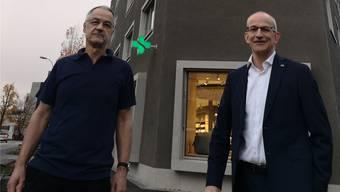 Der Arzt und Investor Fritz Weber (l.) und der Apotheker und Mieter Fabian Vaucher vor dem Gesundheitszentrum im Dorfzentrum von Buchs.