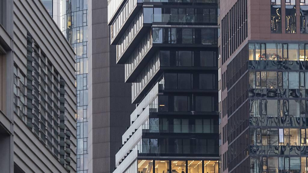 ARCHIV - Mit seinem charakteristischen Knick in der Fassade sticht der Omniturm zwischen den Hochhäusern in der Innenstadt hervor. Ein Neubau im Frankfurter Bankenviertel steht im Finale des Internationalen Hochhauspreises. Foto: Boris Roessler/dpa