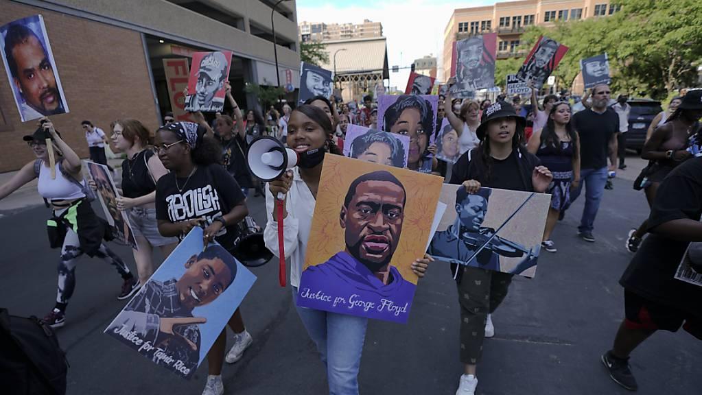 Eine Gruppe von Demonstranten in der Innenstadt von Minneapolis bejubelt das Urteil über den ehemaligen Polizist Derek Chauvin, der zu 22,5 Jahren Gefängnis für den Mord an George Floyd verurteilt wurde. Foto: Julio Cortez/AP/dpa