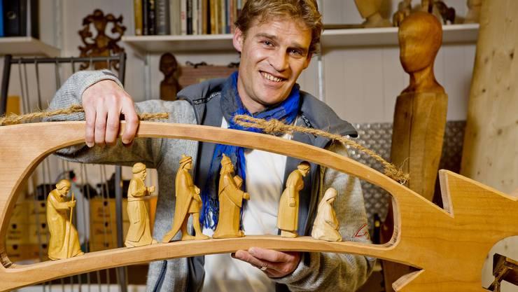 Christoph Suter präsentiert seine Dekoration für das dritte Adventsfenster in Henschiken.