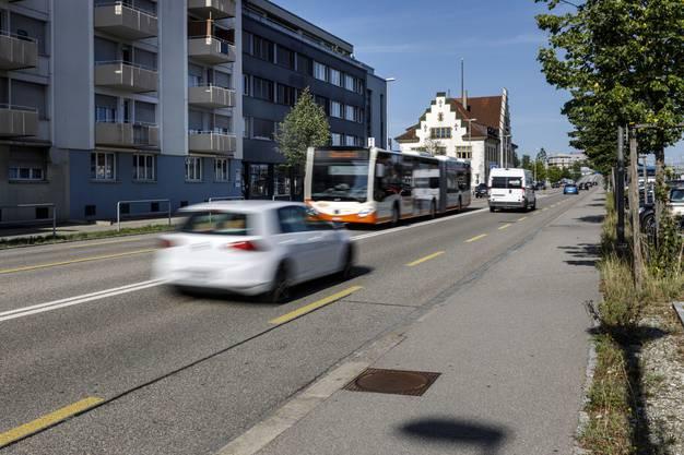 Im kantonalen Vergleich zählt Zuchwil wohl eher zu den ruhigeren Gemeinden. Alarmwerte werden nirgends überschritten, Immissionsgrenzwerte jeweils nur um wenige Dezibel. Die Luzernstrasse hat es aber in sich. Im Bereich der Liegenschaften 1-19; also dort, wo auch das Kino Canva liegt, kommen Überschreitungen um knapp bis zu 10 Dezibel vor. Hier fahren Busse durch, aber auch Autos, die entweder aus der Tempo 50 Zone herausbrettern, oder mit höherer Geschwindigkeit noch hineinrollen.
