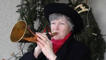 Weibel Rosmarie Brunner ruft in Hottwil das neue Jahr aus und stösst in verschiedenen Quartieren ins Feuerwehrhorn. – Foto: chr