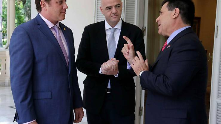 FIFA-Präsident Gianni Infantino diskutiert mit Conmebol-Chef Alejandro Dominguez (links) und Paraguays Präsident Horacio Cartes (rechts)