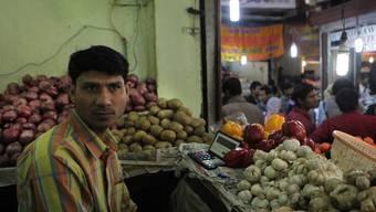 Indischer Gemüseverkäufer wartet auf Kunden