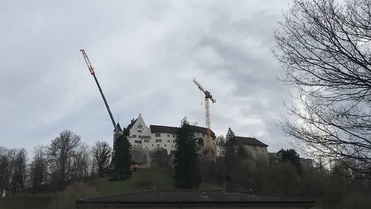Am frühen Abend hatte der gelbe Kran für die Sanierung der Lenzburger Schlossfassade (rechts) seine definitive Höhe erreicht, für den 60 Meter langen Arm fehlten allerdings noch einige Elemente. Janine Gloor
