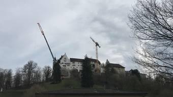 Ein 400-Tonnen-Kran auf Schloss Lenzburg