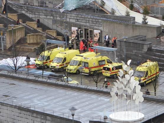 Die Einsatzkräfte eilen den Verletzten zur Hilfe