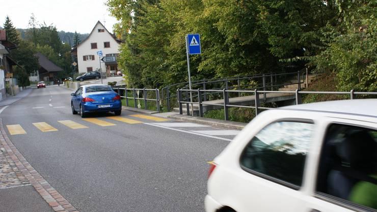 Fussgängerstreifen: Der Poller am rechten Strassenrand ist bereits verschwunden. (Bild: Peter Rombach)