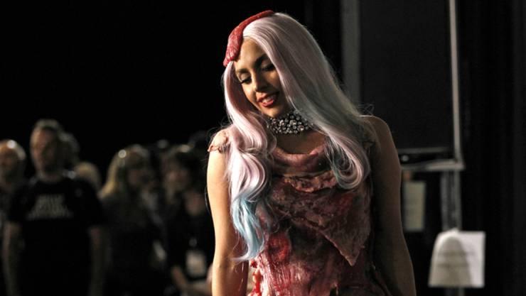 Sie machte es vor: Pop-Sängerin Lady Gaga trug 2010 an den MTV Video Music Awards in Los Angeles ein Outfit aus rohem Fleisch - Hut und Schuhe inklusive.