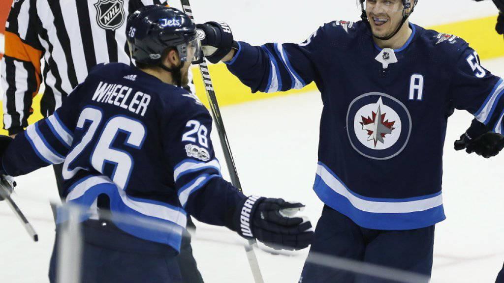 Blake Wheeler (links) nimmt nach seinem Treffer gegen die Penguins die Gratulationen seiner Teamkollegen entgegen