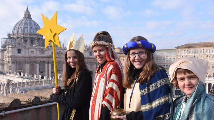 Lea (11), Rebekka (12), Jana (13) und Enrico (10) aus Leibstadt vor dem Petersdom in Rom, wo sie mit Papst Franziskus den Neujahrsgottesdienst feierten.
