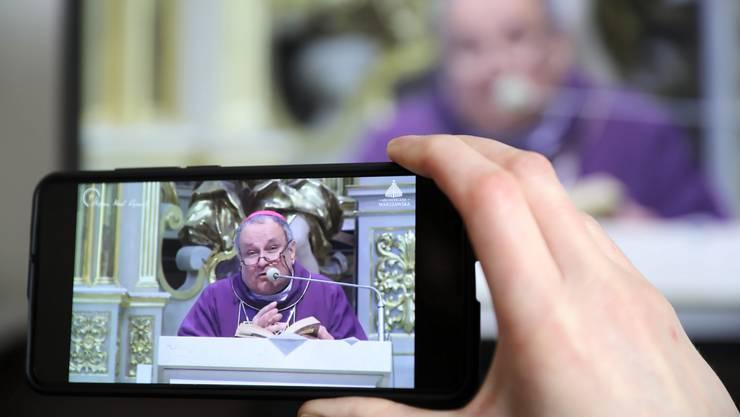 Gläubige Polen verfolgen die sonntägliche Messe jetzt online. (Bild: Keystone)