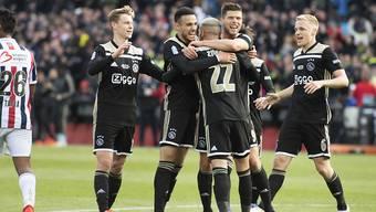 Ajax freut sich über das 2:0 von Klaas-Jan Huntelaar